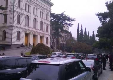 დღის ფოტო: უნივერსიტეტის ეზო 100 წლის იუბილეს 100 სამთავრობო მანქანით შეხვდა