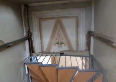 სოლოლაკის ერთ-ერთი ისტორიული შენობის სადარბაზოში ჭერი გაჭრეს