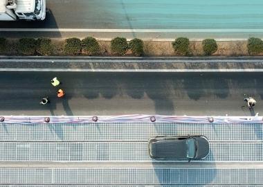 ჩინეთში მზის პანელებისგან აწყობილი გზა ავტომობილებისთვის გაიხსნა