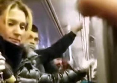 ნიუ იორკის მეტროში მოქალაქეებმა რუსი ქალი რასისტული გამოხტომისთვის დააკავეს