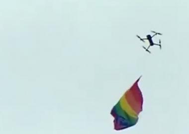 ჰომოფობიურ შეკრებას თავზე LGBT დროშიანმა დრონმა გადაუფრინა - დღის COUB