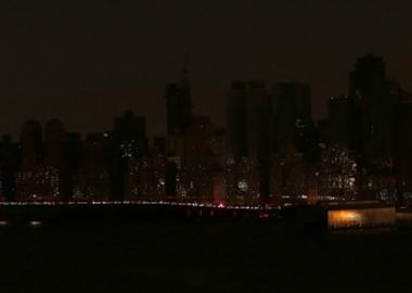 მანჰეტენზე შუქი წავიდა: საკონცერტო დარბაზებიდან გამოსული არტისტები ქუჩაში ამღერდნენ