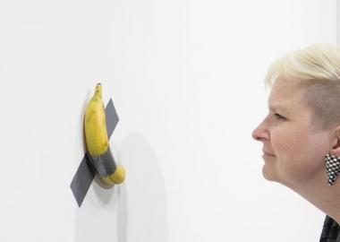 კედელზე წებოვანი ლენტით მიკრული ბანანი მაიამის აუქციონზე 120 ათას აშშ დოლარად გაიყიდა