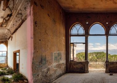 """ჯეიმს კერვინის საოცარი ფოტოები ბეირუთის არქიტექტურაზე ომის შედეგად მიყენებულ """"ნაიარევებს"""" ასახავს"""
