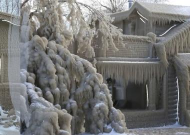 ერის ტბის მახლობლად მდებარე სახლები ყინულის სქელი ფენით დაიფარა