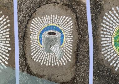 ჩიკაგოელმა მხატვარმა საგზაო ორმოები პანდემიისთვის აქტუალური მოზაიკებით მოხატა