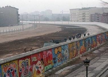 """13 აგვისტო, 1961 - გერმანიის დედაქალაქის შუაგულში """"ბერლინის კედლის"""" მშენებლობა დაიწყო"""